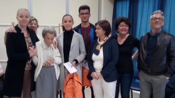 NUOVA ASSISTENZA CONSEGNA LE BORSE DI STUDIO AGLI STUDENTI  MERITEVOLI  ALLA CASA DI RIPOSO SANT'ANNA DI BORGOSESIA.